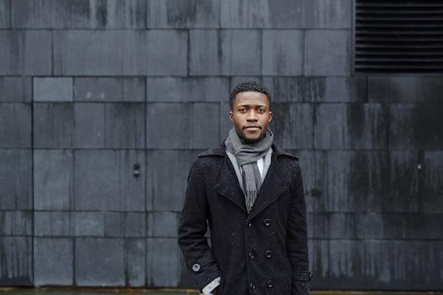 Stijlvolle afrikaanse man in straat