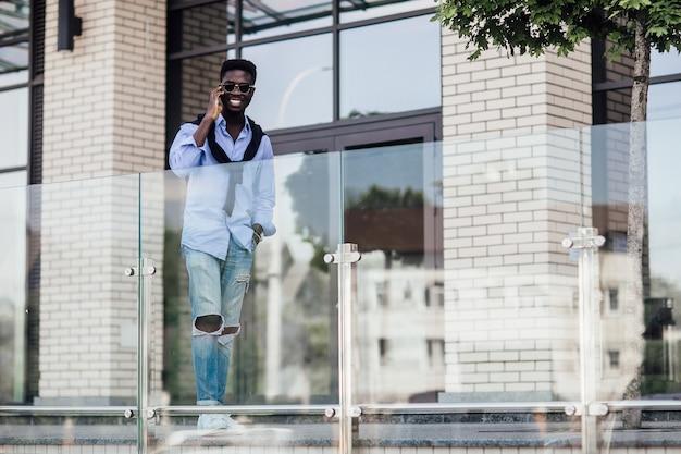 Stijlvolle afrikaanse man op straat