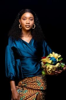 Stijlvolle afrikaanse vrouw in elegante kleding