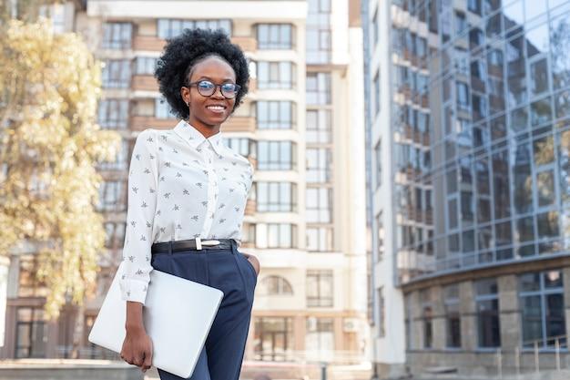 Stijlvolle afrikaanse vrouw in kantoorkleding