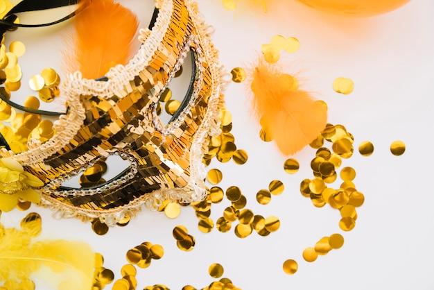 Stijlvolle arrangement van gouden carnaval masker