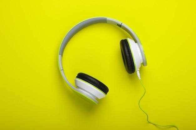 Stijlvolle bedrade stereohoofdtelefoon op een groen oppervlak