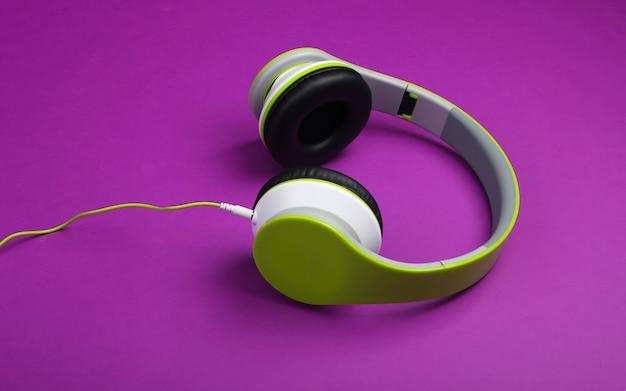 Stijlvolle bedrade stereohoofdtelefoon op paars oppervlak