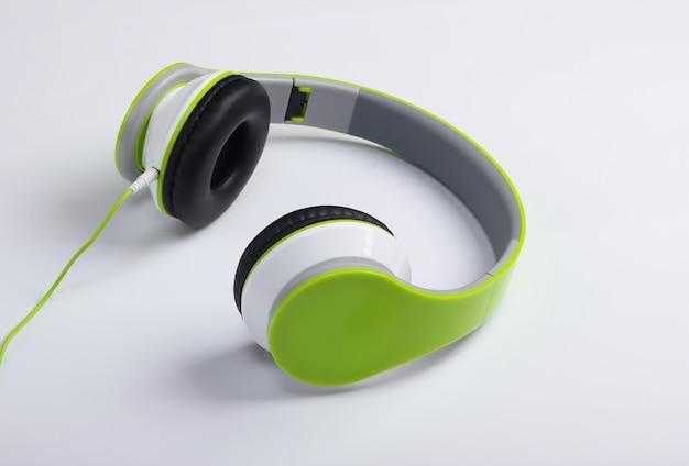 Stijlvolle bedrade stereohoofdtelefoon op wit oppervlak