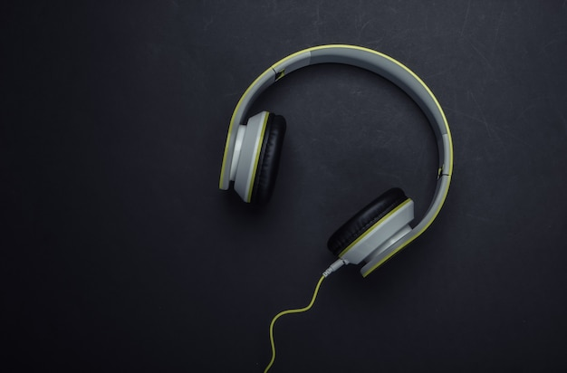 Stijlvolle bedrade stereohoofdtelefoon op zwart oppervlak