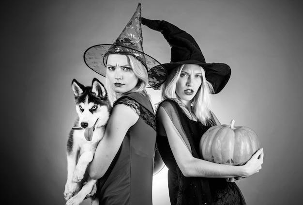 Stijlvolle beste vrienden klaar voor halloween-feest