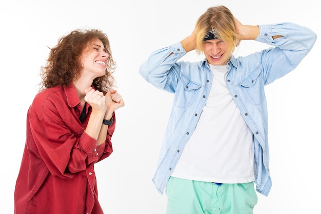 Stijlvolle blanke blonde man en jonge vrouw ruzie geïsoleerd