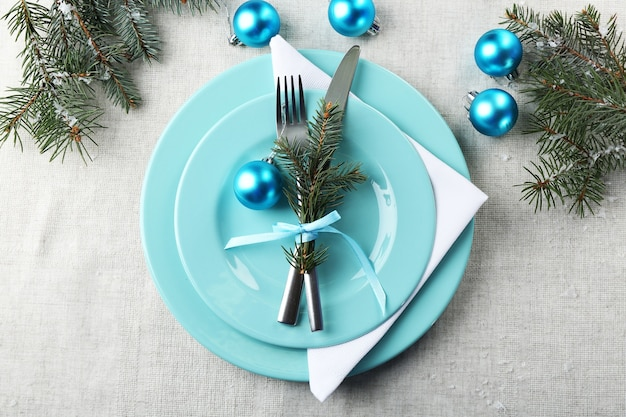 Stijlvolle blauwe en witte kersttafel op een grijs tafelkleedoppervlak