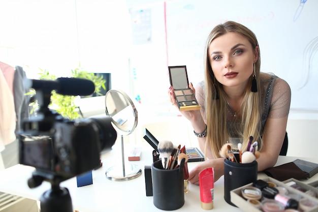 Stijlvolle blogger recording beauty blog tutorial