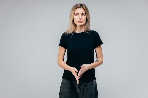 Stijlvolle blonde meisje draagt zwarte t-shirt poseren