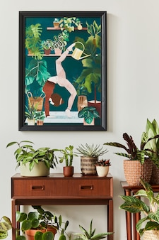 Stijlvolle botanische compositie van huistuininterieur met houten frame, gevuld met veel mooie kamerplanten, cactussen, vetplanten in verschillende designpotten en bloemenaccessoires.