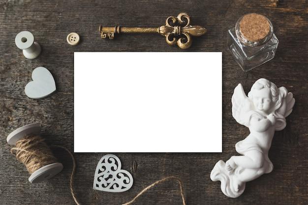 Stijlvolle branding-mockup om uw kunstwerken weer te geven. leuke vintage mock-up op een houten achtergrond. heilige valentijnsdag.
