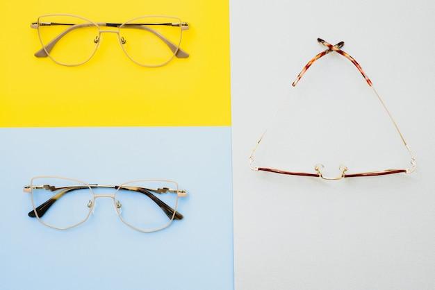 Stijlvolle bril. moderne brilmonturen op een gekleurde achtergrond