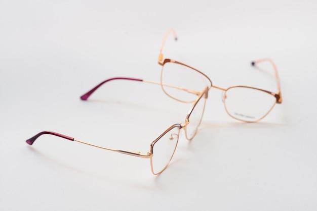 Stijlvolle bril op achtergrond. optiekwinkel, brilselectie, oogtest, zichtonderzoek bij opticien, mode-accessoires concept. bovenaanzicht, plat gelegd