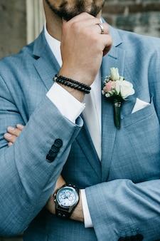 Stijlvolle bruidegom in een pak.