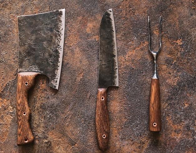 Stijlvolle butcher's set: hakmes, mes en vork. bovenaanzicht.