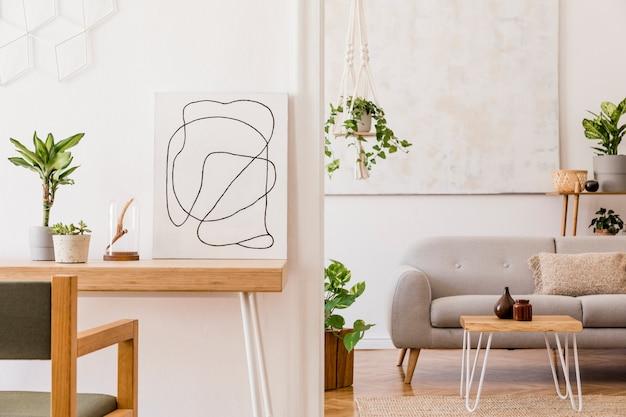 Stijlvolle compositie van creatief ruim appartement interieur met grijze bank, salontafel, planten, tapijt en mooie accessoires. witte muren en parketvloer.