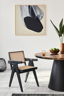 Stijlvolle compositie van eetkamerinterieur met designtafel, moderne stoelen, decoratie, tropisch blad in vaas, fruit, tapijt, abstracte schilderijen en elegante accessoires in woondecoratie.