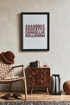 Stijlvolle compositie van elegant mannelijk woonkamerinterieur met mock-up posterframe, bruine fauteuil, ontworpen commode en persoonlijke accessoires. sjabloon.
