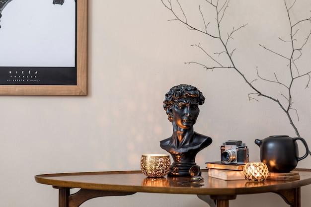 Stijlvolle compositie van elegante persoonlijke accessoires bij privébibliotheekinterieur met boekenstandaard en vintage tafel. retro woondecoratie. kaarsen, fotocamera en heel veel boeken. detailopname.