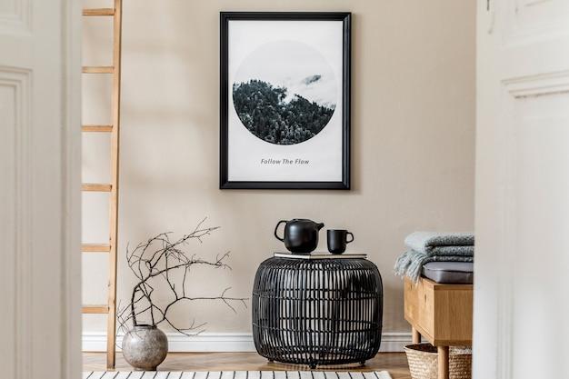 Stijlvolle compositie van gezellig en modern halinterieur met frame zwart ontworpen salontafel houten commode plant