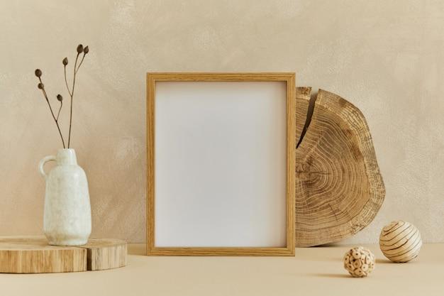 Stijlvolle compositie van gezellig interieur met mock-up posterlijst, natuurlijke materialen als hout en marmer, droge planten en persoonlijke accessoires. neutrale beige kleuren, sjabloon.