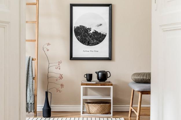 Stijlvolle compositie van gezellige en moderne hal interieur met frame houten salontafel plaid plant en boho accessoires beige muren parketvloer