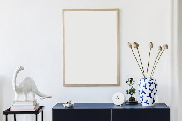 Stijlvolle compositie van hal/woonkamer interieur met frame, diepblauwe commode en accessoires. witte muren.