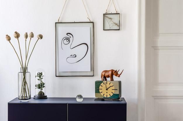 Stijlvolle compositie van het interieur van de woonkamer met een mock-up posterframe diepblauwe commode en accessoires witte muren template