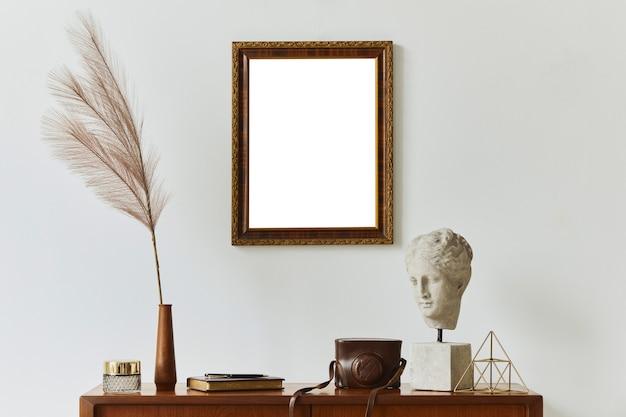 Stijlvolle compositie van kunstenaarswerkruimte met design retro teakhouten commode