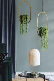 Stijlvolle compositie van luxe appartement woonkamer interieur met design bank, salontafel en accessoires. groene muren en houten parket. ruimte kopiëren.