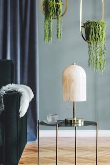 Stijlvolle compositie van luxe appartement woonkamer interieur met design bank, salontafel en accessoires. groene muren en houten parket.