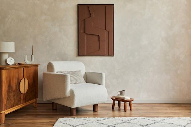 Stijlvolle compositie van modern, gezellig woonkamerinterieur met structuurschildering, beige fauteuil, houten vintage commode en persoonlijke accessoires. creatieve muur, tapijt op de vloer. sjabloon.