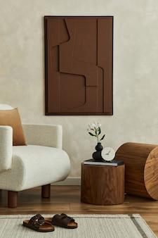 Stijlvolle compositie van modern woonkamerinterieur met structuurverf, beige fauteuil, afgeronde stukken hout en persoonlijke accessoires. neutrale creatieve muur, tapijt op de vloer. sjabloon.