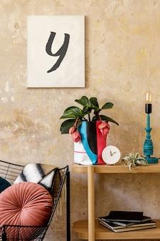 Stijlvolle compositie van woonkamer interieur met fotolijst houten console design fauteuil planten in hipster pot decoratie boek tafellamp en persoonlijke accessoires