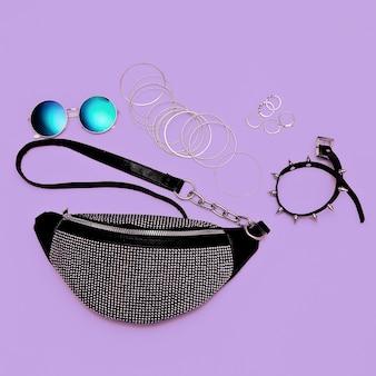Stijlvolle dames zilveren clutch en swag sieraden. trendy accessoires plat liggend modeconcept