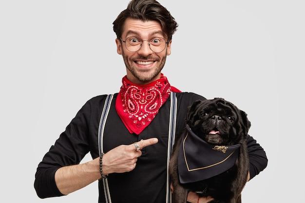 Stijlvolle donkerbruine man met rode bandana bedrijf hond