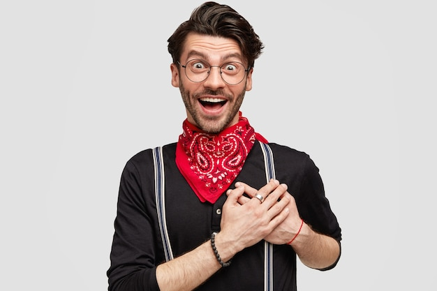 Stijlvolle donkerbruine man met rode bandana