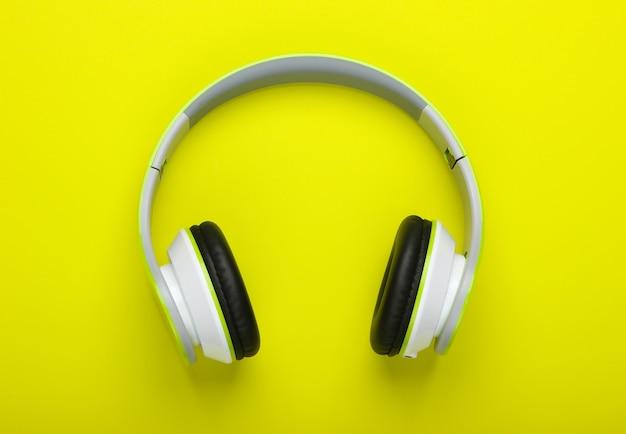 Stijlvolle draadloze stereohoofdtelefoon op een groen oppervlak