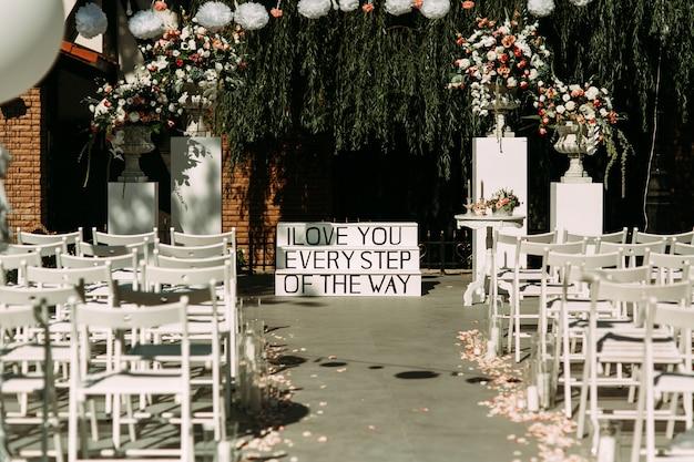 Stijlvolle elegante witte bruiloft gangpad, stoelen en trappen