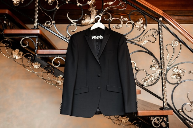 Stijlvolle elegante zwarte bruiloft bruidegom pak opknoping op een hanger. voorbereidingen op de trouwochtend.