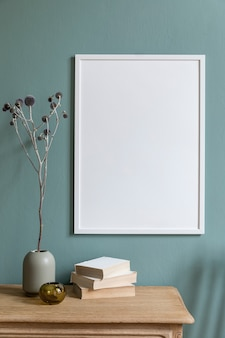 Stijlvolle en creatieve compositie van moderne woonkamer/hal interieurinrichting met frame, houten commode en accessoires. eucalyptus muur.