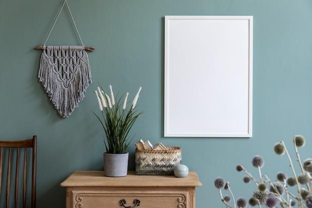 Stijlvolle en creatieve compositie van moderne woonkamer/hal interieurinrichting met frame, houten commode en accessoires.
