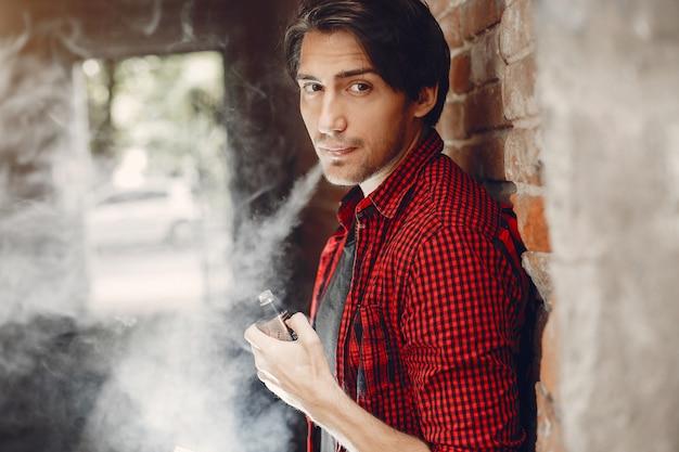 Stijlvolle en elegante man in een stad met damp