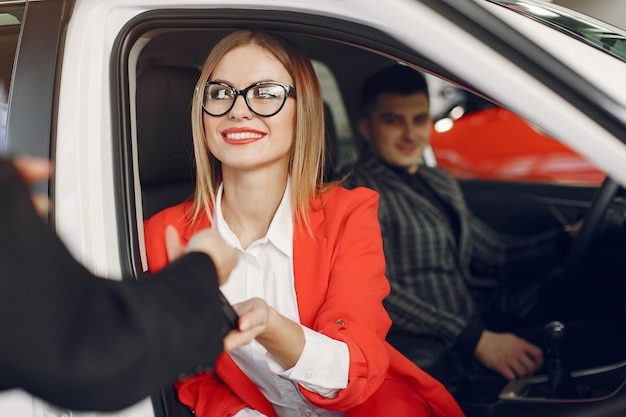 Stijlvolle en elegante mensen in een autosalon