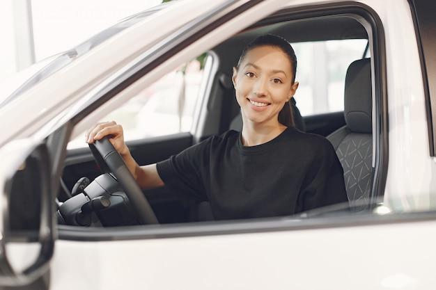 Stijlvolle en elegante vrouw in een auto salon