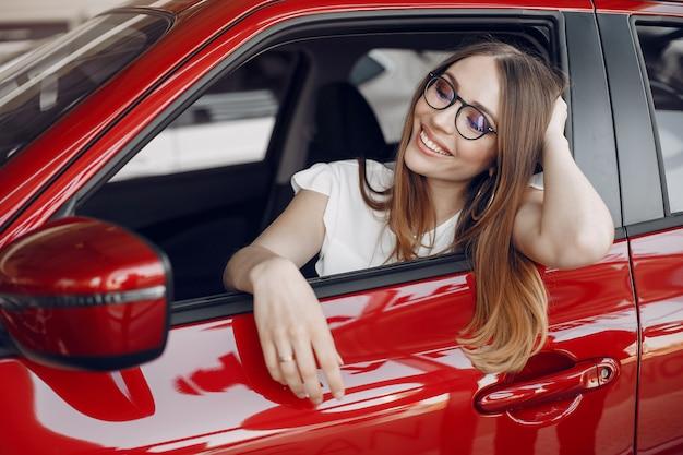 Stijlvolle en elegante vrouw in een autosalon