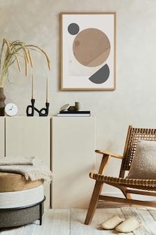 Stijlvolle en moderne beige woonkamerinterieursamenstelling met mock-up posterframe, beige houten dressoir, fauteuil en boho-geïnspireerde accessoires. ruimte kopiëren. sjabloon.