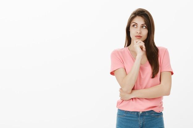 Stijlvolle en slimme brunette vrouw poseren in de studio