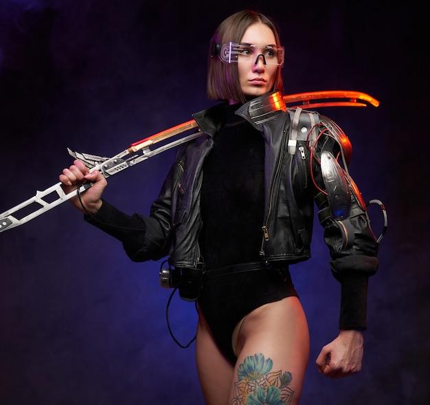 Stijlvolle en tegelijkertijd gevaarlijke vrouwelijke huurmoordenaar uit de toekomst met gloeiend zwaard. vrouwelijke soldaat in cyberpunkstijl met implantaat en bril.
